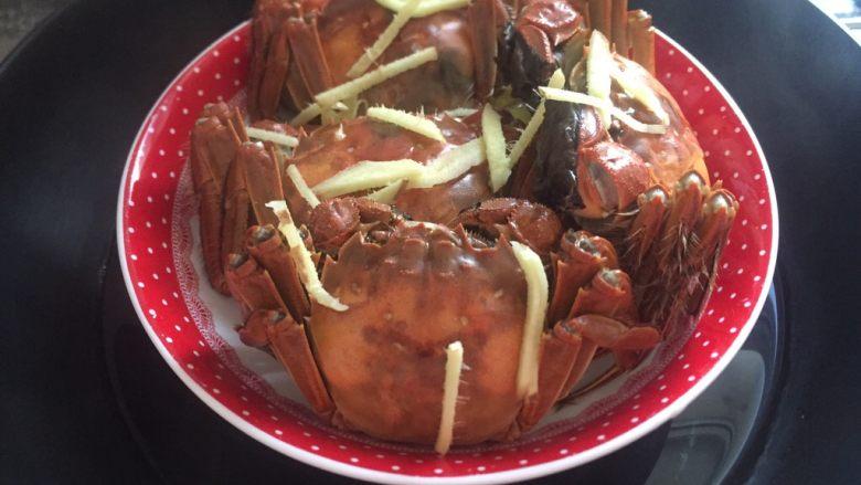 清蒸大闸蟹,洗干净的大闸蟹摆好放入盘子,放入姜丝少许油,