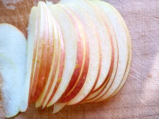 #家有烤箱#+玫瑰蛋挞,不削皮的苹果切成薄片