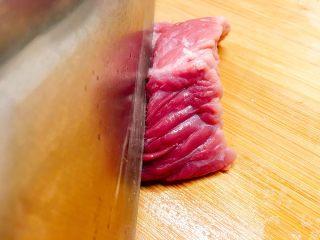 梨汁烧肉,将牛肉切成4-5公分左右的肉块,注意肉的纹理;