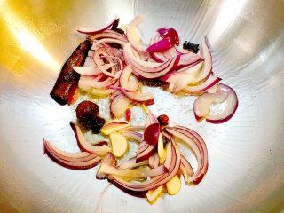 梨汁烧肉,放入蒜片和洋葱爆香;