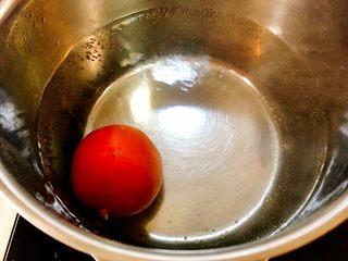 梨汁烧肉,这里还有一个窍门,做一些热水,水开放入洗净的西红柿,让热水烫遍西红柿后取出;
