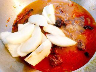 梨汁烧肉,之后放入梨块和盐,继续焖三十分钟,期间可开盖搅拌一两次避免糊锅。
