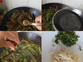 五花肉豆角焖面,加胡椒粉,加水,放两粒八角,大火烧开,把香菜和蒜切末