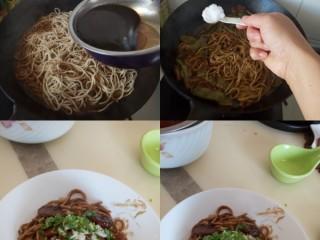五花肉豆角焖面,加入另一半汤汁,加盐调味。继续收浓汤汁即可,盛出来装盘,撒上蒜末香菜末,滴一滴香油。喜欢吃辣还可以加辣椒。