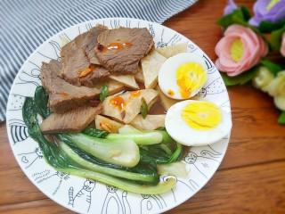 #咸味#+牛肉罩饼,油菜熟了以后铺在饼上,切好鸡蛋,可以来点辣椒油