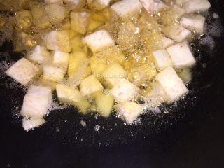 生鱼肉片粥,用油榨至金黄色后控油捞起待用