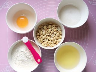 花生酥~#家有烤箱#,准备好所需食材:花生米事先烤熟的。