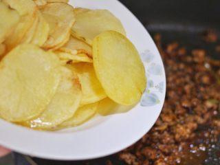 香辣干锅土豆片,下煎好的土豆片,翻匀。