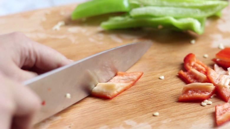香辣干锅土豆片,青红椒去籽切成菱形块。