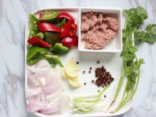 香辣干锅土豆片,处理好的配料准备妥当。