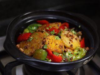 香辣干锅土豆片,把土豆片全倒入砂锅中,撒些许辣椒粉、香菜末。像饭馆一样点个小炉加热开吃吧!