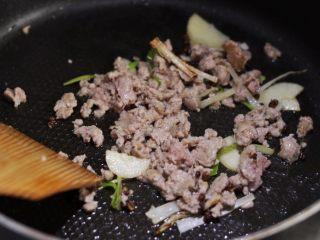 香辣干锅土豆片,放入猪肉糜划散至变色,淋一汤匙料酒。