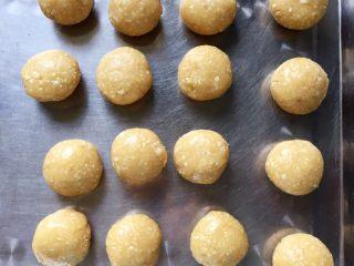 花生酥~#家有烤箱#,将面团平均分成16份,每份28克。