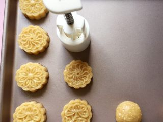 花生酥~#家有烤箱#,拿模具用力均匀地压出花形,模具不用擦油,面团本身就蛮油的了。(我用的是50g的月饼模,你也可以用饼干模压成型,或者直接揉成圆形,这个就随你喜欢啦)