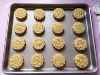 花生酥~#家有烤箱#,全部压好了,整齐的摆放在不粘烤盘中。(如果是普通烤盘,就要铺一层油纸)