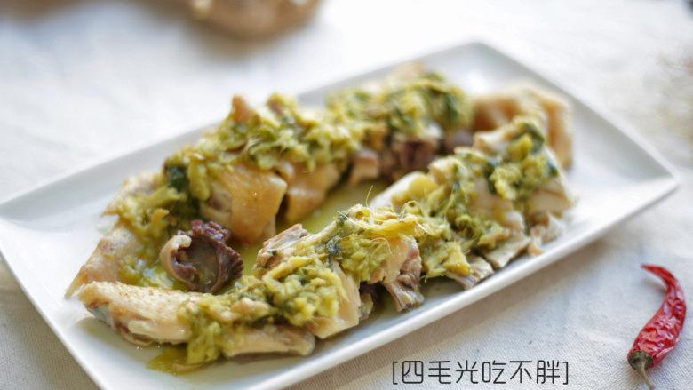 姜汁白切鸡,鸡切块摆盘,切好的鸡块沾着调制好的酱汁即可食用。