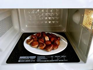 板栗烧鸡,微波炉高火3分钟,然后就可以剥皮啦