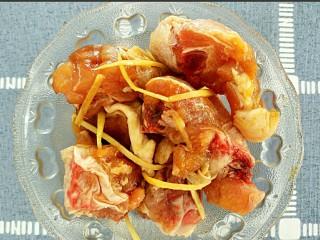 板栗烧鸡,放味极鲜,盐,姜丝腌制30分钟