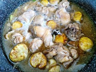 板栗烧鸡,锅内倒入水,中小火炖,出锅前15分钟放胡萝卜块