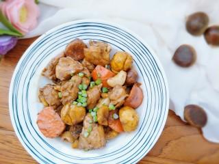 板栗烧鸡,汤汁收干,撒上葱花就可以吃啦