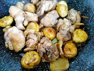 板栗烧鸡,鸡肉变色后放入板栗继续翻炒