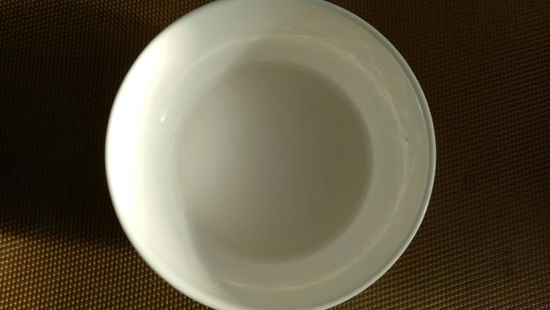 菠菜鸡蛋汤,水淀粉用水泡好。