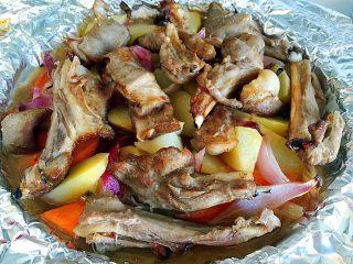 烤羊排,预定的时间完成后,打开上面的锡纸,继续烤10分钟。