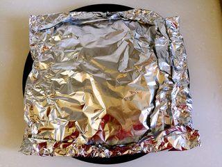 烤羊排,上面盖好锡纸。