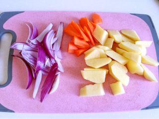 烤羊排,紫洋葱切条、胡萝卜和土豆切滚刀块。