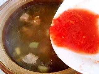 西红柿牛腩汤,牛腩炖一小时后倒入西红柿汁,汤汁再次烧开即可。