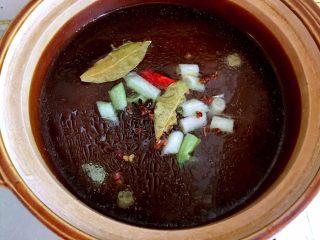 西红柿牛腩汤,倒入砂锅中。
