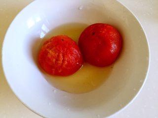 西红柿牛腩汤,西红柿去皮。