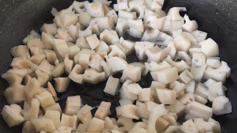 糖醋藕丁,热锅下入藕丁,翻炒至有藕香味