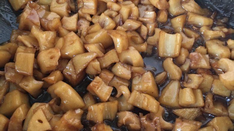 糖醋藕丁,翻炒均匀,盖上盖子靠锅的余温焖一分钟