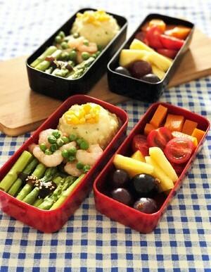 上班族减脂营养便当,摆入便当盒,加上时令水果,蔬菜蒸完可以加点盐或者蚝油,比较有味道