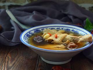 黄芪红枣土鸡汤,汤鲜味美,营养丰富