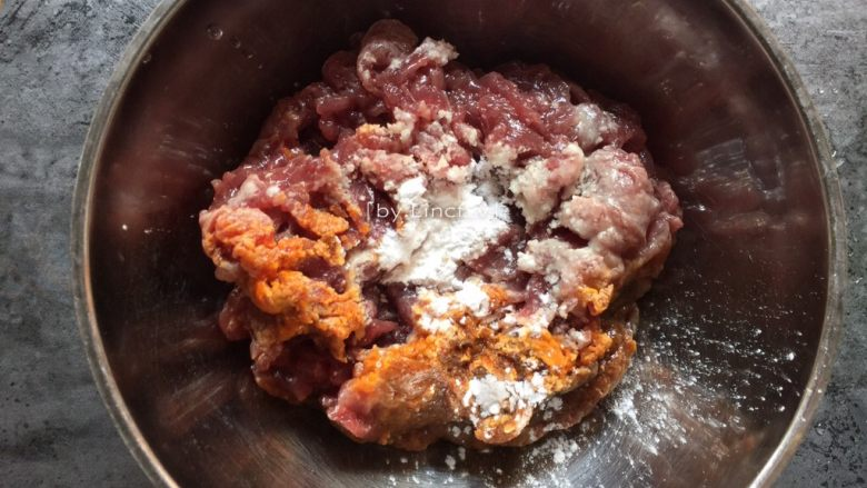 潮汕美食~牛肉粿条,将鲜牛肉放入盆中,加入沙茶酱、辣椒油、淀粉