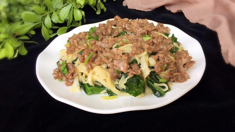 潮汕美食~牛肉粿条,然后将牛肉淋至荷粉上即可