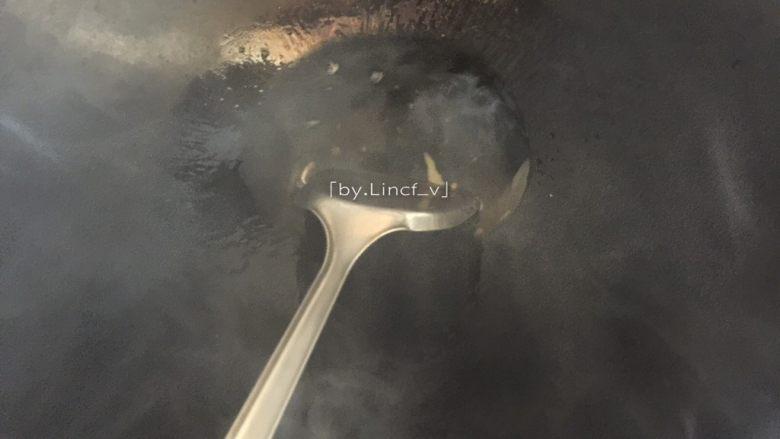 潮汕美食~牛肉粿条,接着热锅,放入猪油(炒芥蓝和牛肉用猪油炒最香了,在潮汕的炒牛肉粿条中通常都用猪油)