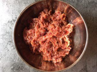 潮汕美食~牛肉粿条,然后抓匀待用