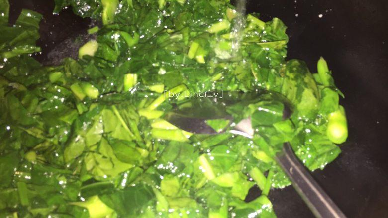 潮汕美食~牛肉粿条,可加入少许清水,保持芥蓝青翠又易熟