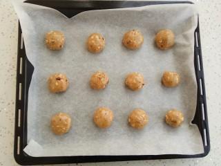 #家有烤箱#榛仁酥~酥到掉渣,在分成20克一个小圆团子,这个配方刚好12个圆球
