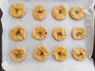 #家有烤箱#榛仁酥~酥到掉渣,放上几颗黑芝麻