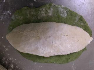 天然酵母榴莲奶酪软欧,将抹茶面团擀开,正好可以包住白色面团。