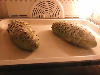 天然酵母榴莲奶酪软欧,入预热200度烤箱中层上下火烤20分钟。 火力时间根据自己的烤箱调节。