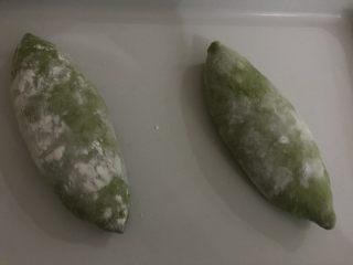天然酵母榴莲奶酪软欧,放入烤盘,入33度的温暖湿润处进行二发。