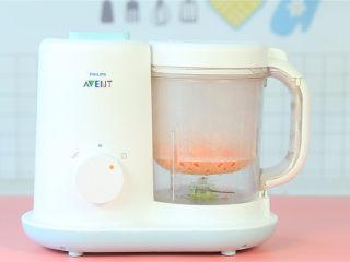 胡萝卜鸡肉卷,胡萝卜切成小粒后放入辅食机中蒸熟。