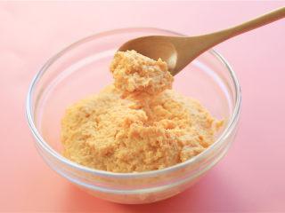 胡萝卜鸡肉卷,肉泥搅打成这种粘稠不易滑落。