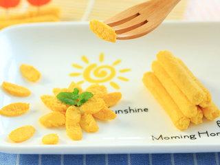 胡萝卜鸡肉卷,撕开后切成薄片,厚薄可以根据宝宝的咀嚼能力调整。剩余的放入冰箱冷冻保存,建议7天内吃完。