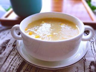 早餐+营养早餐鸡蛋玉米羹,用碗将玉米粥装起来趁热吃,还可以铺上自己喜欢的水果装饰